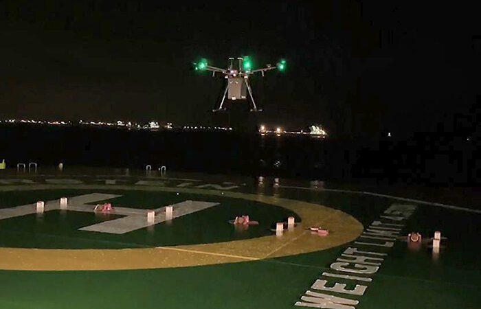 F-drone приземляется на палубу