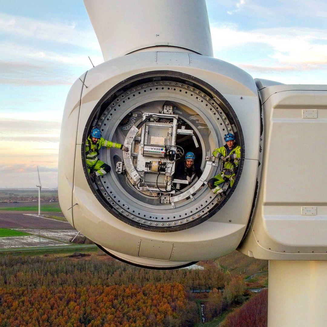 Дрон сфотографировал рабочих на ветряной турбине.