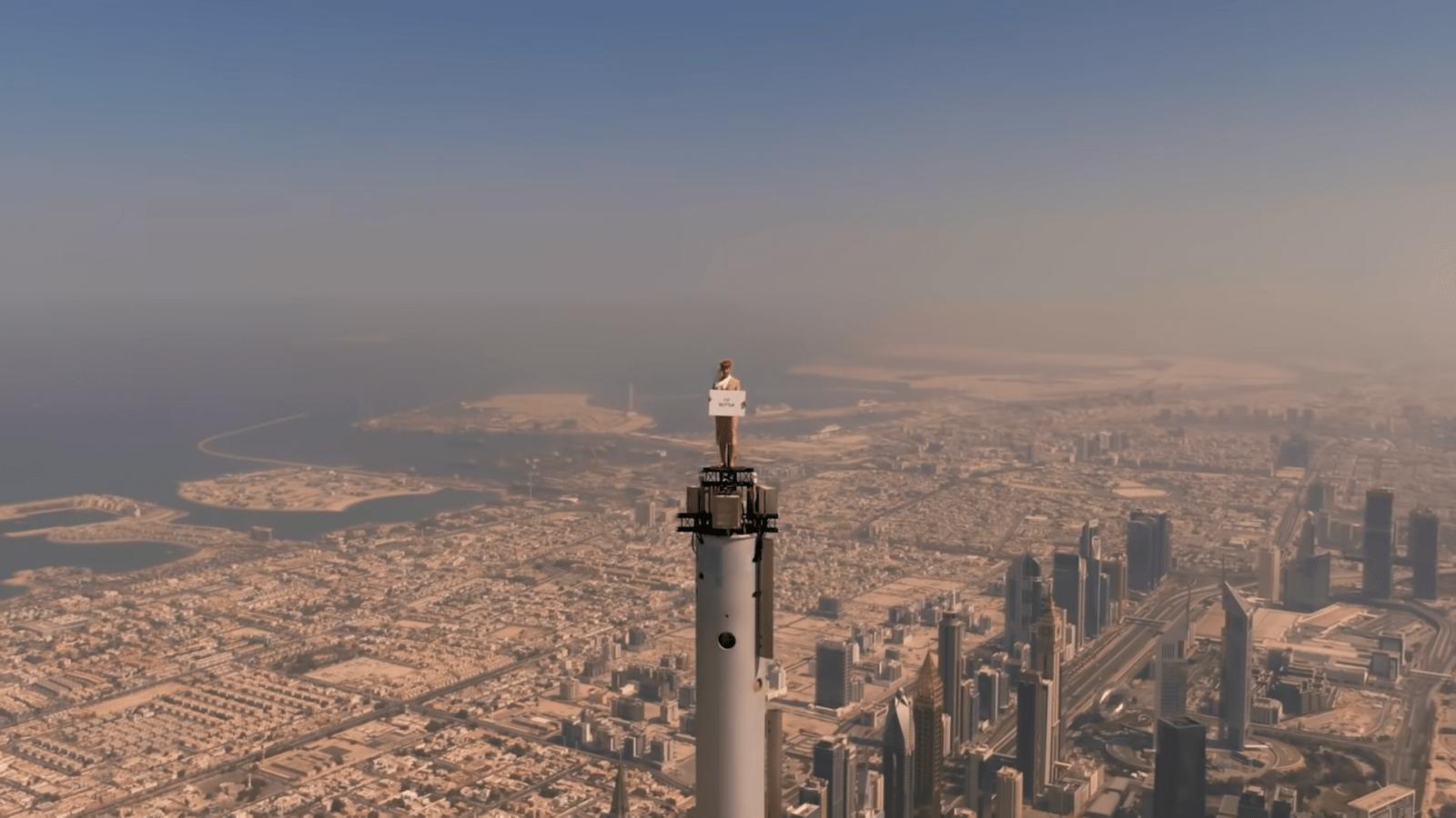 Авиакомпания Emirates сняла ролик со стюардессой на вершине Бурдж-Халифа с помощью одного дрона